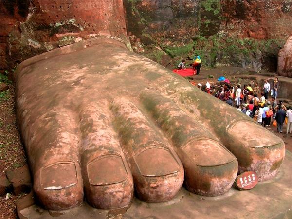 100 vị sư có thể ngồi vừa chỉ trên… một bàn chân của pho tượng. (Ảnh: Internet)