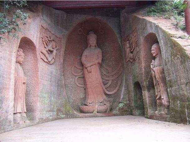 Các bức tượng Phật nhỏ hơn được chạm khắc tinh tế xung quanh Lạc Sơn Đại Phật. (Ảnh: Internet)