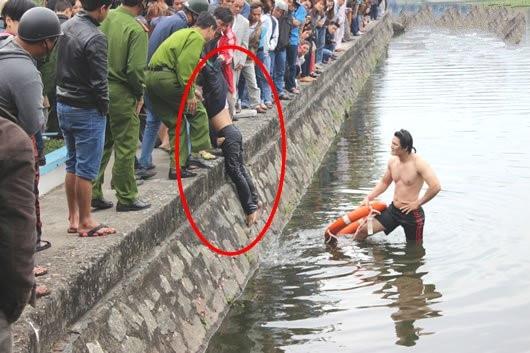 Nạn nhân được đưa lên bờ, nhưng đã tử vong. Ảnh: Internet