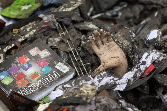 Bàn tay của một con ma nơ canh giữa đống đổ nát trên đường phố Chile. Ảnh chụp ngày 11/3/2010, vài tuần sau khi trận động đất và sống thần tấn công thành phố Talcahuano. (Ảnh: Joe Raedle/Getty Images)