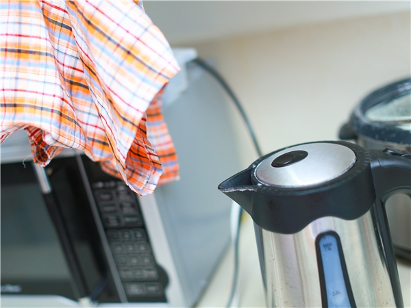 Tận dụng hơi nóng từ nước sôi để làm phẳng quần áo. (Ảnh: Internet)