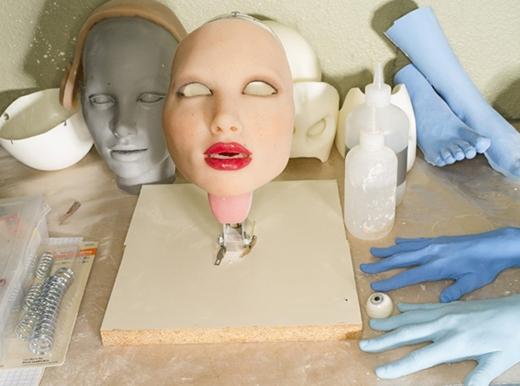 Khuôn mặt một con búp bê RealDoll tại nhà máy sản xuất búp bê người lớnở San Marcos, bang California, Mỹ. (Ảnh: Robert Benson)