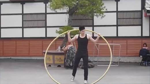 Hot boy múa vòng khiến người xung quanh trố mắt