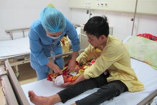Hình ảnh anh Hoàng Đức Mạnh (20 tuổi) ở Quảng Ninh bên con gái mới sinh. (Ảnh: Internet)