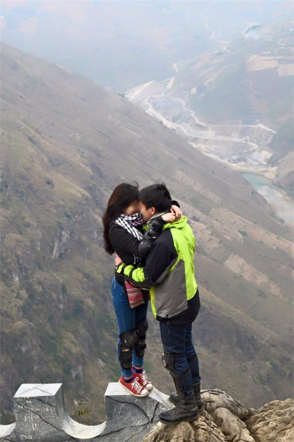 """Hình ảnh lãng mạn nhưng không kém phần """"chênh vênh"""" của cặp đôi này. (Ảnh: Internet)"""