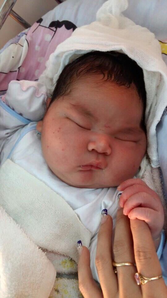 """Thích thú với em bé sơ sinh """"nặng cân nhất nhì Việt Nam"""""""