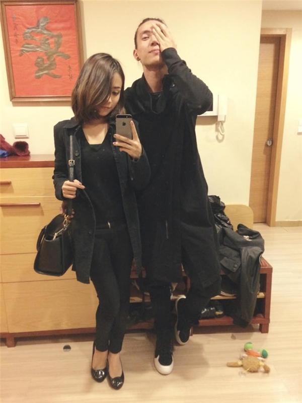 """Cặp đôi thường thể hiện tình cảm bằng cách dùng đồ đôi, mặc đồ """"tông xuyệt tông"""" cực kì đáng yêu. (Ảnh: Internet)"""
