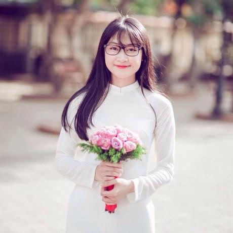 Phan Linh dịu dàng và thướt tha trong áo dài trắng. (Ảnh: Internet)