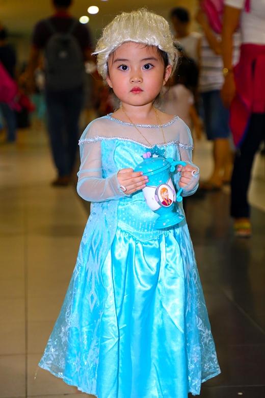 Một bé gái trong tạo hình nhân vật Elsa cực kì đáng yêu.