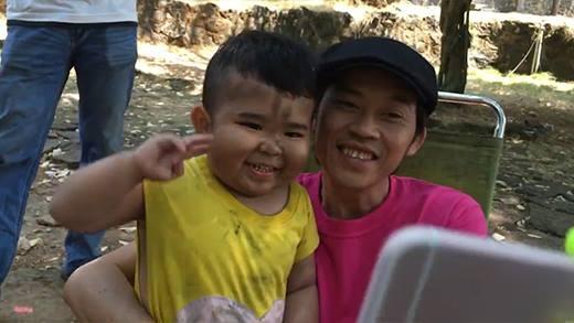 Kutin lấm lem cùng chú Hoài Linh nhí nhố chụp ảnh trên phim trường