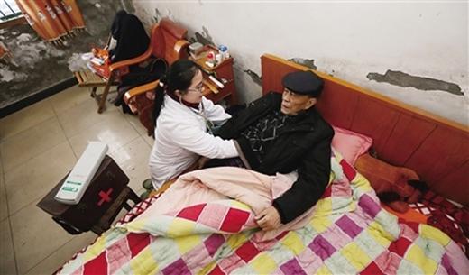 Bác sĩCúc Hồngluôn dành nửa ngày để tới tận nhà những bệnh nhân để khám chữa.(Ảnh: Internet)