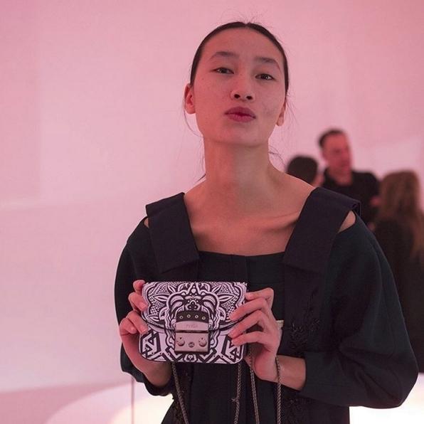 Trang Khiếu đi casting tại tuần lễ thời trang Milan thu đông 2016 với phong cách giản dị và khuôn mặt mộc mạc không chút son phấn. Điều này không chỉ thể hiện sự tự tin, mà còn cho thấy sự khôn khéo ở Quán quân Vietnam's next top model mùa đầu tiên. Một khuôn mặt no make-up có thể tạo ấn tượng tốt cho các nhà tuyển chọn, bởi họ có thể nhìn nhận rõ ràng các đường nét chân thật nhất trên khuôn mặt người mẫu, từ đó quyết định vẻ đẹp này có phù hợp với nhãn hiệu của họ hay không. - Tin sao Viet - Tin tuc sao Viet - Scandal sao Viet - Tin tuc cua Sao - Tin cua Sao