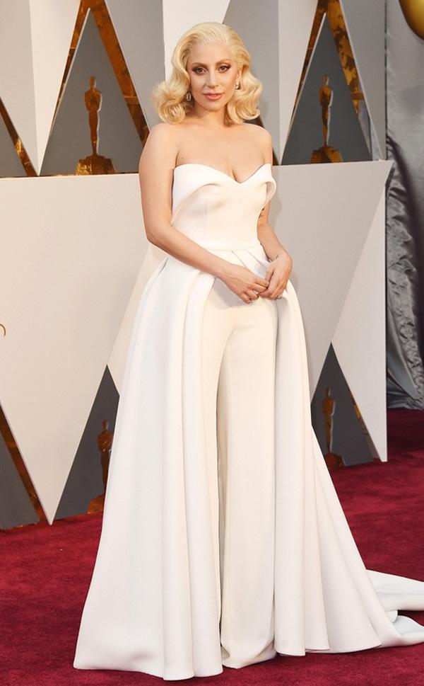 Lady Gaga tạo điểm nhấn ở đôi mắt màu vàng đồng nổi bật trên lớp nền trong suốt.