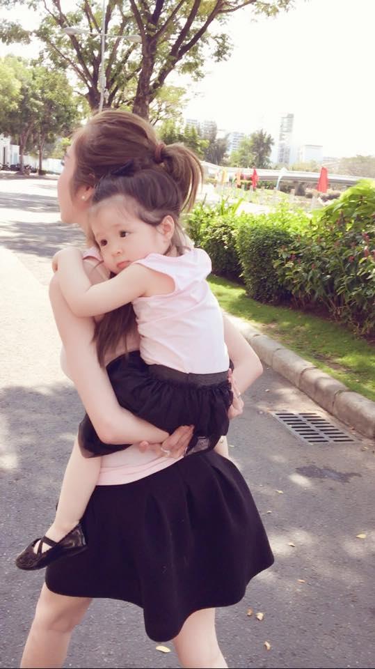 Những khoảnh khắc ngọt ngào giữa hai mẹ con nhà Elly Trần luôn khiến nhiều người thích thú. - Tin sao Viet - Tin tuc sao Viet - Scandal sao Viet - Tin tuc cua Sao - Tin cua Sao