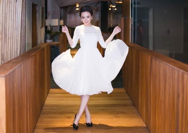 Để chuẩn bị cho phần trình diễn của dancesport của mình trong một đêm tiệc, Angela Phương Trinh chọn lựa bộ váy xòe nhẹ nhàng với tông trắng được thực hiện trên nền chất liệu ren mỏng. Kiểu trang điểm tự nhiên góp phần tăng thêm vẻ thu hút cho nữ diễn viên.