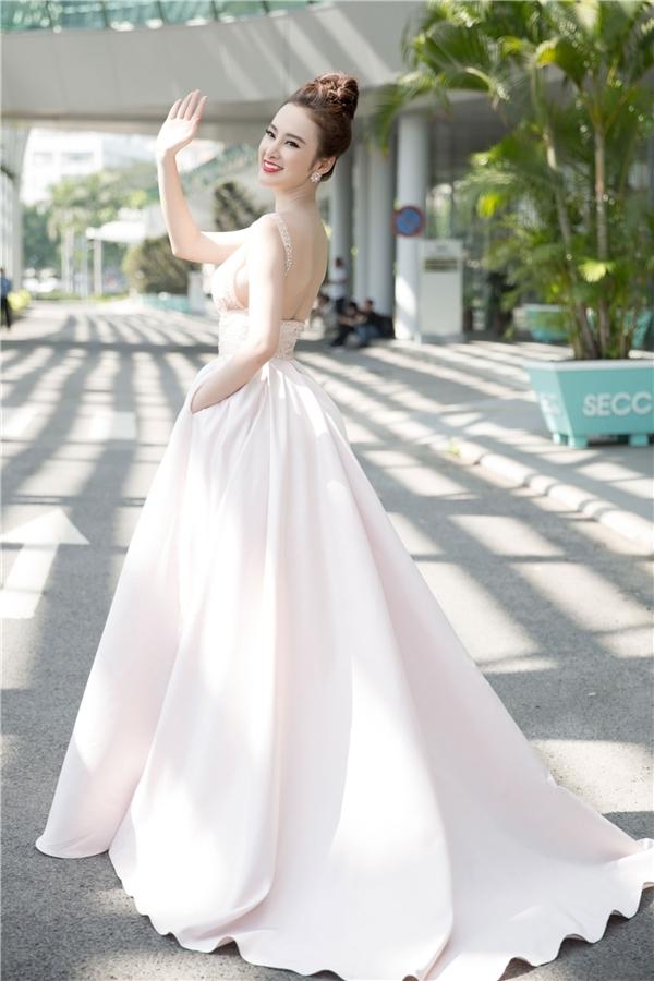 Nữ diễn viên trông như một nàng dâu đích thực khi điệu đà trong tà áo cưới trắng tinh khôi khi quay quảng cảo cho một hãng mĩ phẩm.