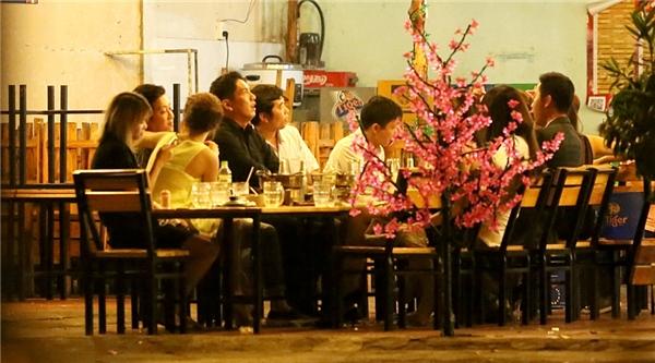 Trường Giang - Nhã Phương đếnhội ngộ cùng đoàn phim tại một quán ănsau khi thay trang phục tạinhà nam danh hài. - Tin sao Viet - Tin tuc sao Viet - Scandal sao Viet - Tin tuc cua Sao - Tin cua Sao