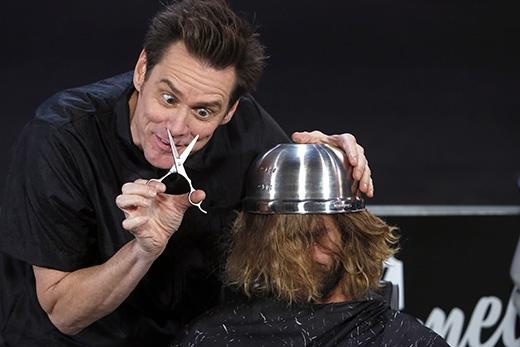 """Nam diễn viên hài nổi tiếng Jim Carrey cũng từng trình diễn một màn cắt tóc """"úp nồi"""" thượng hạng trên sân khấu. (Ảnh: Internet)"""