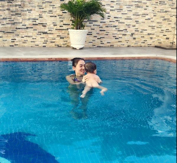 """Trước đây, hình ảnh cực dễ thương khi bé Gấu tập bơi được Thu Minh chia sẻ đã tạo nên """"làn sóng"""" hâm mộ cuồng nhiệt. - Tin sao Viet - Tin tuc sao Viet - Scandal sao Viet - Tin tuc cua Sao - Tin cua Sao"""