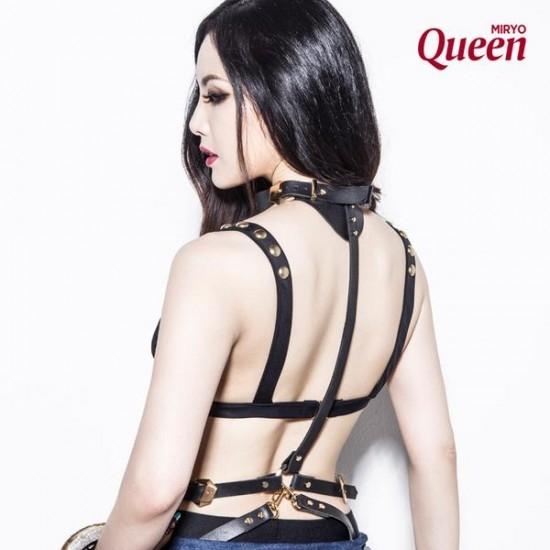 """Tháng 7/2015, Miryo tung ra hình ảnh teaser cho sản phẩm trở lại mang tên Queen. Không chỉ quyến rũ với trang phục """"thiếu vải"""", phong cách bụi bặm, cá tính mới lạ là một trong những điểm giúp cô nổi bật với các ca sĩ khác hiện đang theo đuổi trào lưu """"cởi càng nhiều càng tốt"""" ở làng nhạc Kpop."""