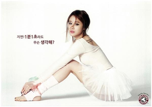 """Từ ngày đầu """"đánh lẻ"""", em út T-ara, Jiyeon đã mạnh dạn theo đuổi phong cách gợi cảmvà nhận được nhiều lời khen từ phía cư dân mạng. Bằng chứng là những hình ảnh teaser dù không hề thiếu vải nhưng vẫn thành công lột tả vẻ quyến rũ của nữ thần tượng, trừ bức ảnh """"mặc như không mặc"""" khi Jiyeon ngồi trên ghế nhận về kha khá chỉ trích."""