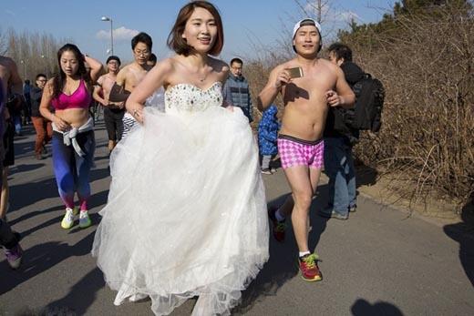 """Sẵn tiện làm một bộ ảnh""""cô dâu bỏ trốn"""". (Ảnh: internet)"""