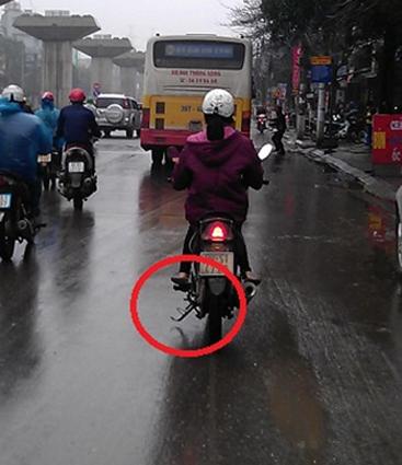 Quêngạt chân chống tiềm ẩn nguy cơ tai nạn rất cao. Ảnh: Internet