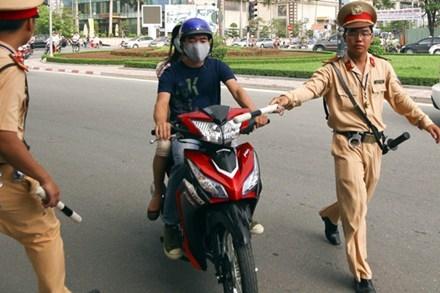 Việc quên gạt chân chống xe có thể bị phạt đến 3 triệu đồng. Ảnh minh họa: Internet