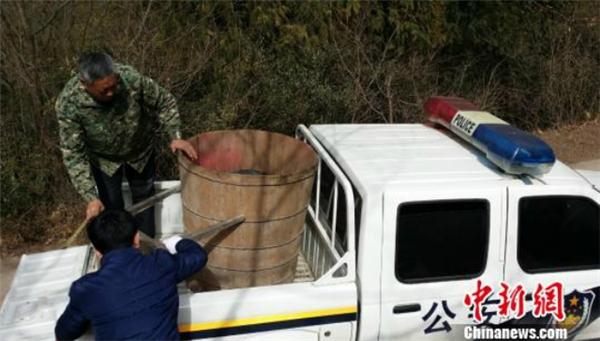 """Chiếc thùng lớn mà hai """"thầy phù thủy"""" dùng làm phép trừ tà. (Ảnh: Chinanews)"""