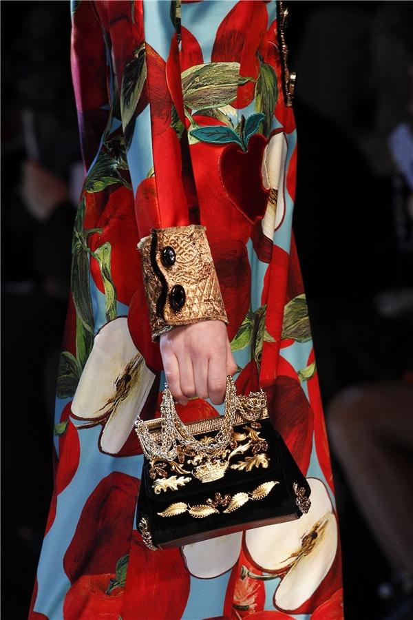 Sắc vàng ánh kim cùng kiểu túi cầm tay độc đáo chắc chắn sẽ khiến phái đẹp mê đắm ngay từ cái nhìn đầu tiên.