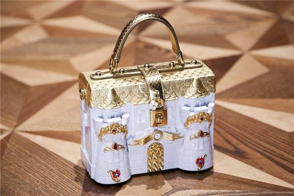 Cấu trúc tường thành xưa cũ cũng trở nên mềm mại hơn qua thiết kế của Dolce and Gabbana.