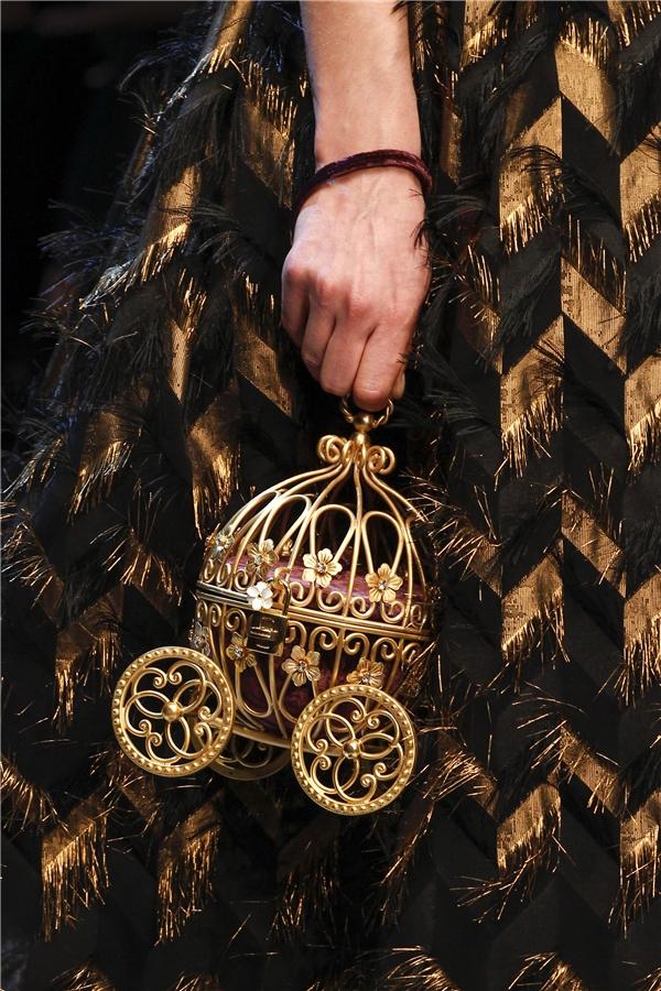 Những chiếc túi cầm tay làm gợi nhớ đến câu chuyện thần thoại với đèn treo, xe ngựa.