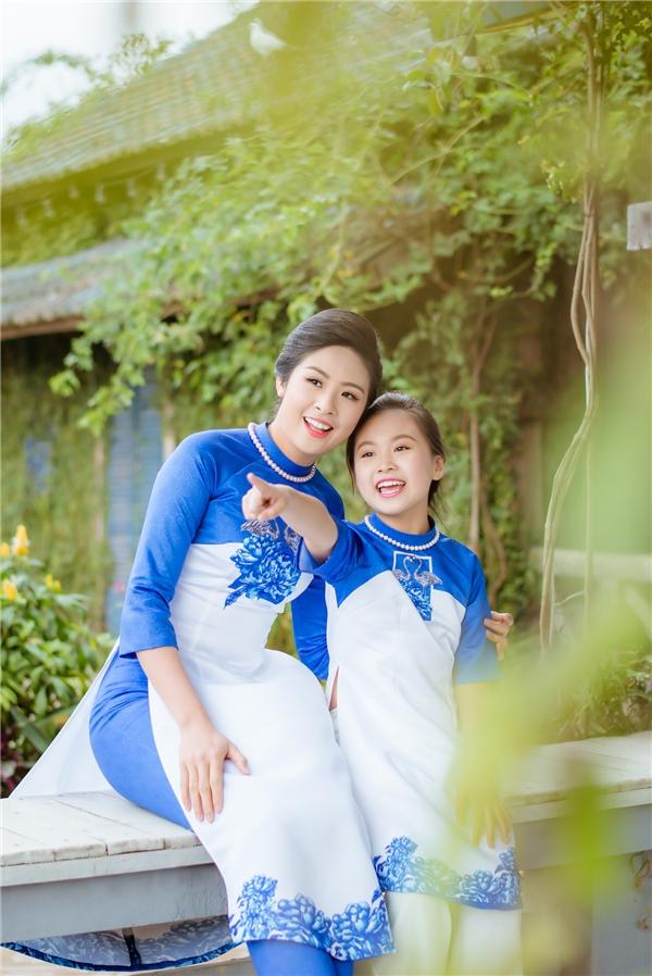 Đặc biệt, xuất hiện cùng Ngọc Hân trong những khung ảnh còn có con gái nuôi của cô. Cô bé mang tên Bảo Hân và từng xuất hiện trong nhiều phim truyền hình.