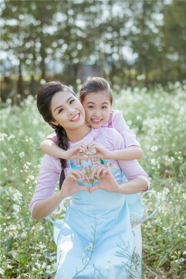 Những biểu cảm đáng yêu, dí dỏm của Hoa hậu Việt Nam 2010 cùng bé Bảo Hân.