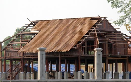 Nhà gỗ lớn phía sau còn đang dở dang. (Ảnh: Internet) - Tin sao Viet - Tin tuc sao Viet - Scandal sao Viet - Tin tuc cua Sao - Tin cua Sao
