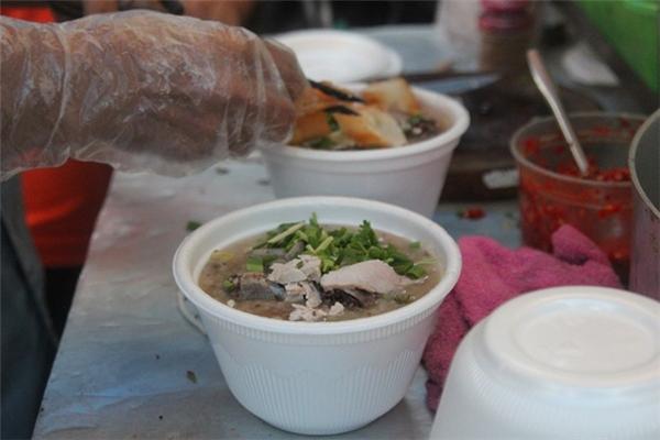 Người bán luôn đeo bao tay khi chế biến thức ăn.(Ảnh: Internet)