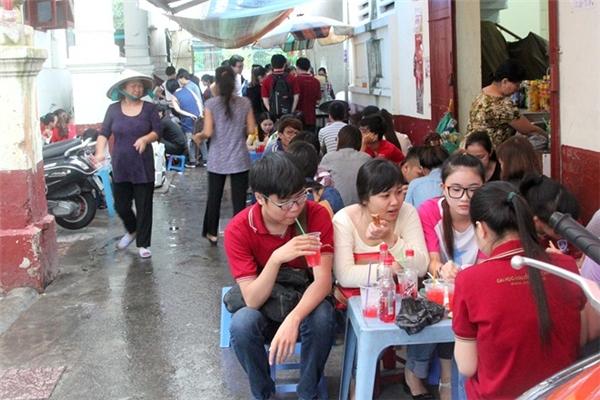 Phần lớn là bán cho khách mua mang đi nhưngmột số quán cuối hẻm cũng có đặt bàn ghế để khách có thể ăn tại chỗ.(Ảnh: Internet)
