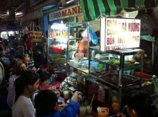 Hẻm 284 Lê Văn Sỹ vẫn luôn đông khách mỗi ngày nhờ vào những món ăn nóng hổi, ngon miệng và giá cả hợp lí. (Ảnh: Internet)