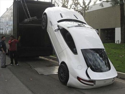 Để tu sửa bờ mông cho chiếc xe này chắc là anh ấy phải ăn mì vàotháng tới. (Ảnh: Internet)