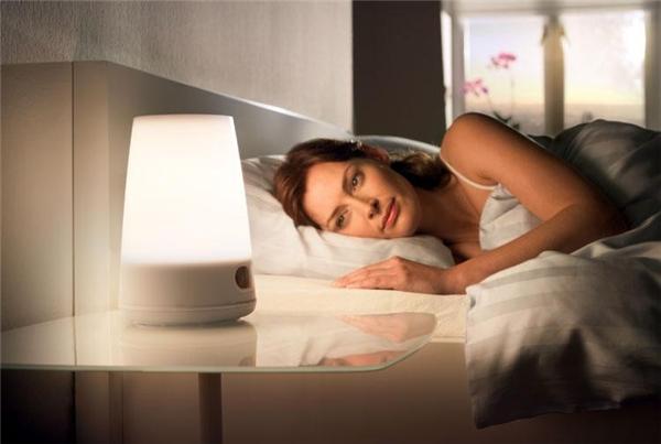 3. Và cả việc đi ngủ không tắt đèn.
