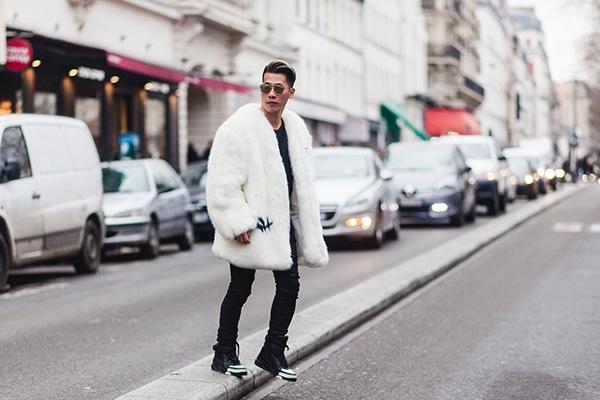 Cả cây đen đơn giản được Travis khéo léo kết hợp cùng áo khoác lông dày sụ. Chàng stylist đất Việt tỏ ra không hề kém cạnh những bạn bè quốc tế.