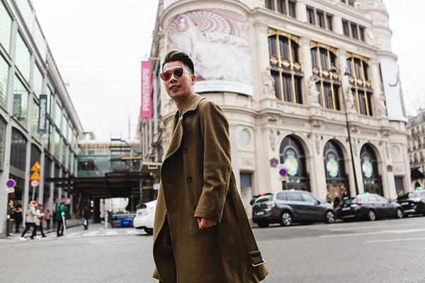 Chiếc áo khoác với tông màu trầm mang lại vẻ ngoài nam tính, mạnh mẽ.