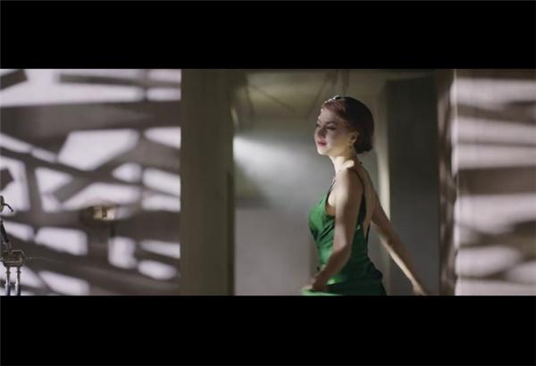 Người đẹp bí ẩn xuất hiện trong clip với trang phục dạ hội lộng lẫy, kiêu sa không ai khác chính là vị hôn thê của đạo diễn Victor Vũ. - Tin sao Viet - Tin tuc sao Viet - Scandal sao Viet - Tin tuc cua Sao - Tin cua Sao