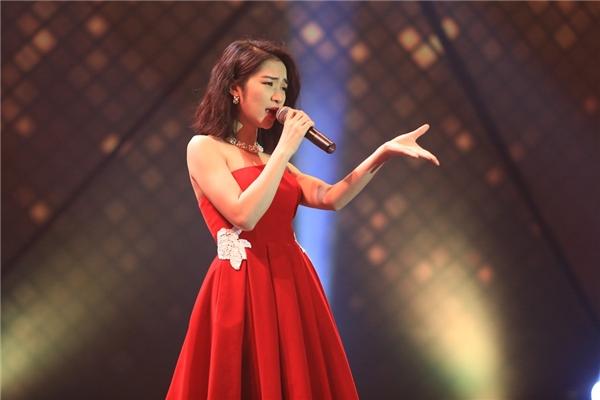 Diện chiếc đầm cúp ngực sắc đỏ nồng nàn để lộ hình xăm tên của người yêu, nữ ca sĩ gốc Bắc Ninh lựa chọn một sáng tác của nhạc sĩ Tiên Cookie có tên gọi Mưa nhớ để trình diễn. - Tin sao Viet - Tin tuc sao Viet - Scandal sao Viet - Tin tuc cua Sao - Tin cua Sao