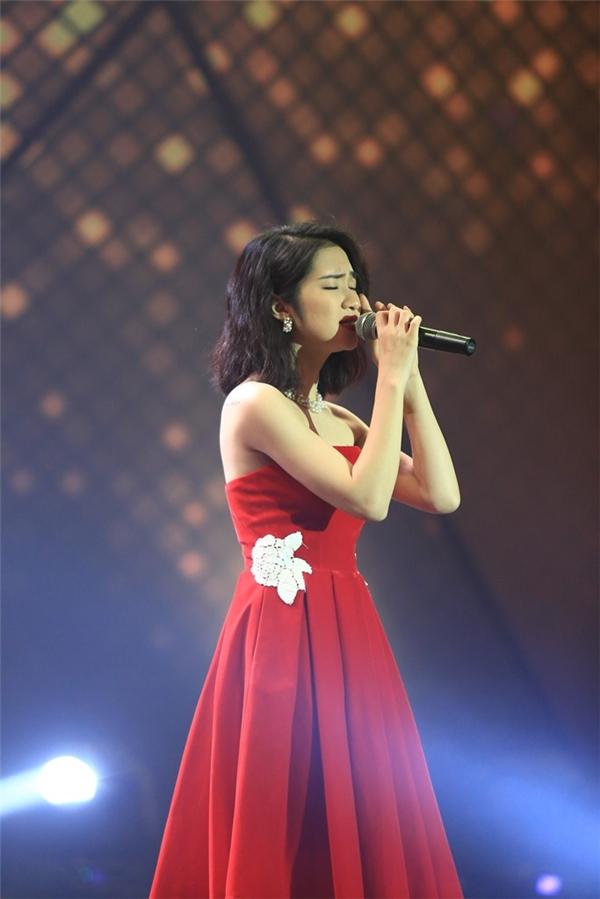 Với giọng hát trong veo, ngọt ngào, đầy da diết, Hòa Minzy đã nhận được nhiều tình cảm của người hâm mộ qua tiết mục cảm động này. - Tin sao Viet - Tin tuc sao Viet - Scandal sao Viet - Tin tuc cua Sao - Tin cua Sao