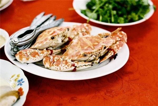 Không thể không nhắc đến hải sản cực tươi ngon ở Cát Bà. Cát Bà nổi tiếng với các món hải sản như: sam, tu hài, tôm hùm, cá hồng, mực, cá song… Bạn có thể ăn tại các nhà hàng ngay khu vực chợ Cát Bà hoặc các nhà hàng nổi trên biển.(Ảnh: Internet)