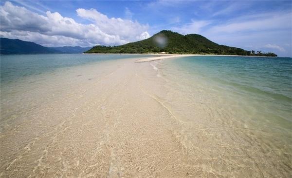 """Là một dãy gồm 3 hòn đảo nhỏ, nằm trong vùng biển thuộc vịnh Vân Phong, tỉnh Khánh Hòa, đảo Điệp Sơn nức tiếng gần xa nhờ con đường mòn """"độc nhất vô nhị"""" kéo dài gần 800m nối giữa hai hòn đảo trong dãy đảo Điệp Sơn.(Ảnh: Internet)"""