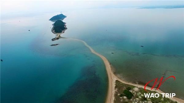 Đảo chưa được khai thác du lịch nên còn rất hoang sơ, hầu như không có dịch vụ nhà nghỉ hay homestay. Tốt nhất là bạn nên mang theo bạt hoặc lều trại cùng thức ăn, nước uống để cắm trại nếu muốn ở qua đêm.(Ảnh: Internet)