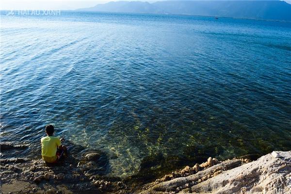 Biển trên đảo tuy đẹp nhưng cũng có nhiều chỗ nước xoáy và sâu nên hãy chú ý an toàn khi tắm biển nhé. Nếu muốn ăn hải sản, bạn có thể liên hệ nhà dân để mua với giá tham khảo: 120.000 đồng/kg hàu, 150.000 đồng/kg ghẹ, 150.000 đồng/ 10kg ốc.(Ảnh: Internet)