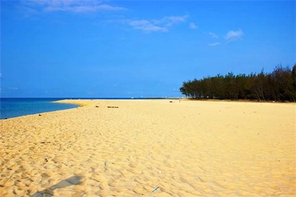 """Mặc dù những con tàu ra đảo Phú Qúy khá cũ kĩ và có thể sẽ gây ra các cơn say sóng """"nhớ đời"""" nhưng cảnh quan cùng trải nghiệm tuyệt vời tại hòn đảo xinh đẹp này sẽ là một sự đền bù xứng đáng cho bạn.(Ảnh: Internet)"""